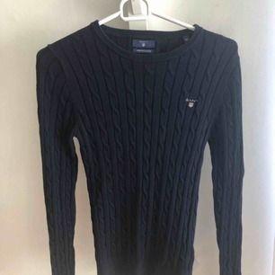 Marinblå kabelstickad tröja från Gant, köpt på Nelly.com för 1199kr.  Möts upp i Karlskoga, kan även frakta men då står köparen för kostnaderna.