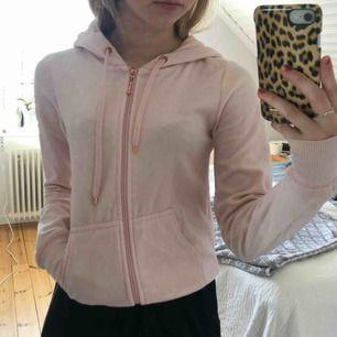 Rosa tjocktröja med en rosé färgad kedja. Köpare står för frakt!!😊