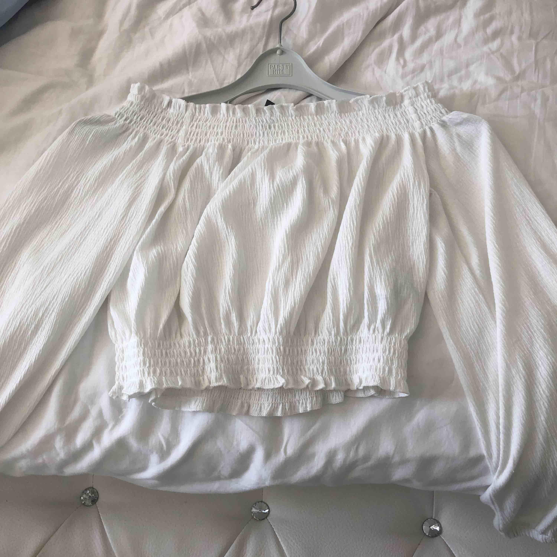 Passar både XS och S, jag har XS. Den är så bekväm och vacker på en. Så fin för kalaser, fest, när man ska ut❤️. T-shirts.