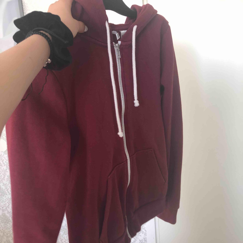 Så mysig tröja att ha på sommaren, och en perfekt färg för att den är trendig!!❤️. Huvtröjor & Träningströjor.