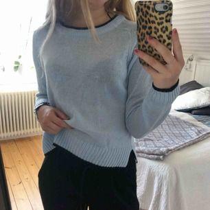 Fin blå tröja med svarta kanter. Köpare står för frakt!😊