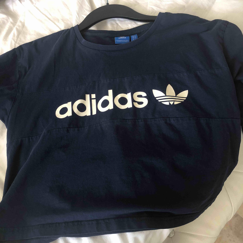 Snygg vintage crop top från adidas!!. T-shirts.