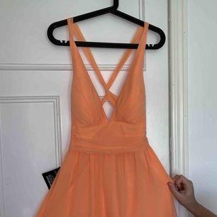 Orange jätte fin klänning från Nelly one. Aldrig använd, lapp kvar. ( ör en kort klänning, typ lår längd)