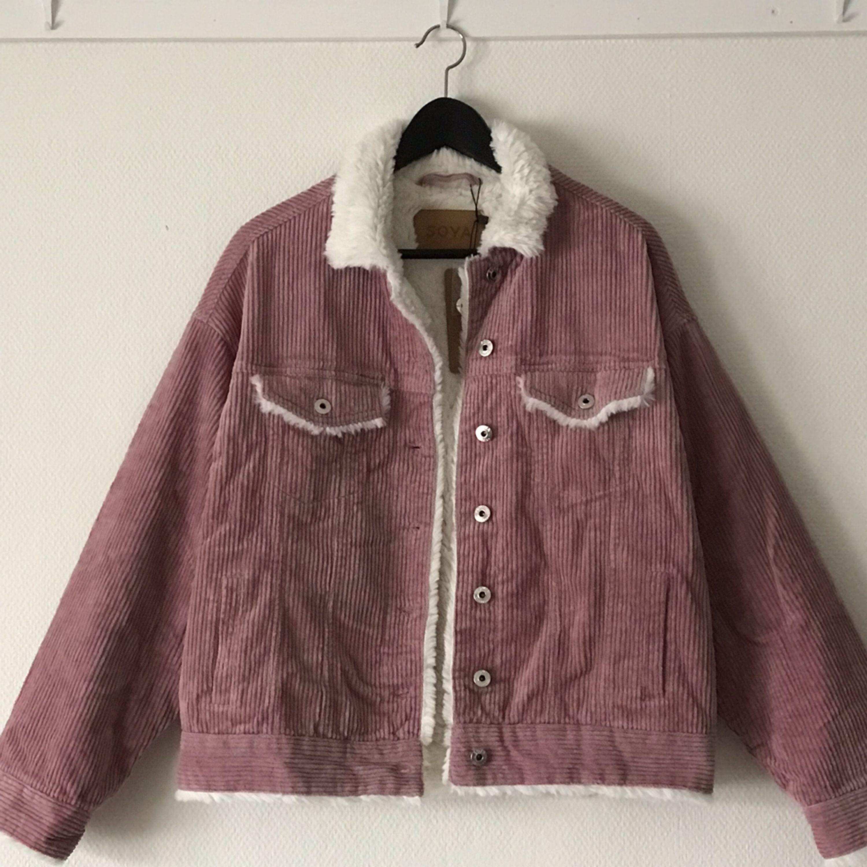 Säljer en SUPERsnygg jacka som är helt oanvänd, med prislapp och extraknapp och allt kvar! Rosa manchester och såå mysig insida! 😻🌸  Frakt tillkommer, alternativt mötas upp i Halmstad 💁🏼♀️. Jackor.