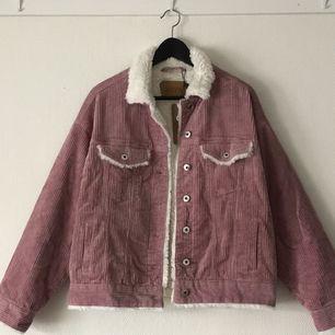 Säljer en SUPERsnygg jacka som är helt oanvänd, med prislapp och extraknapp och allt kvar! Rosa manchester och såå mysig insida! 😻🌸  Frakt tillkommer, alternativt mötas upp i Halmstad 💁🏼♀️