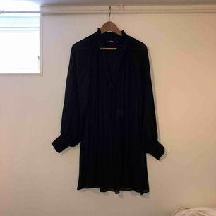 Säljer en jättefin svart klänning med ballong armar & volang krage.  🌺Använd fåtal gånger 💋normal i storleken 💥JAG STÅR FÖR FRAKTEN, alltså inga extra kostnader !!!💥