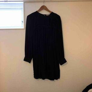 """Säljer en svart klänning med nitar som detaljer. Armarna är en """"lätt"""" modell av ballong armar.  🌺Använda fåtal gånger 💋lite mindre för sin storlek 💥JAG STÅR FÖR FRAKTEN, alltså inga extra kostnader !!!💥"""
