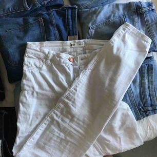 Ett par vita jeans från Gina trixat i modellen Molly. Små fläckar på höger baksida (se bild 3) men ingen man stör sig på, kanske gå bort med klorin (ej testat). Frakt: 50kr