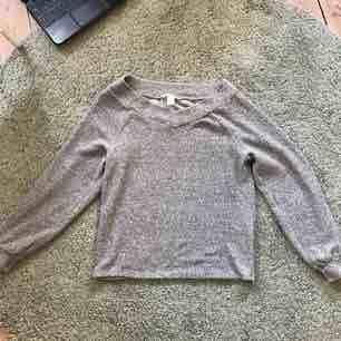 Super mysig grå tröja som går att använda som både off shoulder eller som en vanlig tröja. Materialet är som en filt! Perfekt till en sommarkväll när man inte vill ha jacka <3  . Tröjor & Koftor.