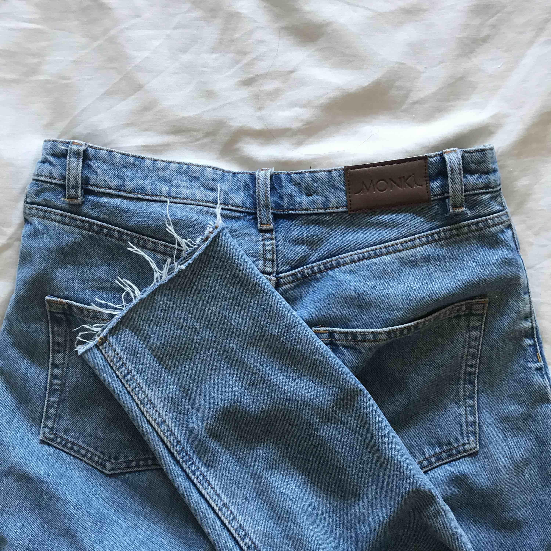 Mom jeans från monki i modellen kimono. En av skärphällorna har släppt på ena sömmen, men den sitter fortfarande fast vid andra sömmen. Litet hål efter skadan. Lätt att fixa. Avklippta så passar mig som ör 167cm. Frakt: 50kr. Jeans & Byxor.