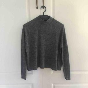 Lång armad grå tröja. Fin och i bra skick, säljer för att den är för liten.