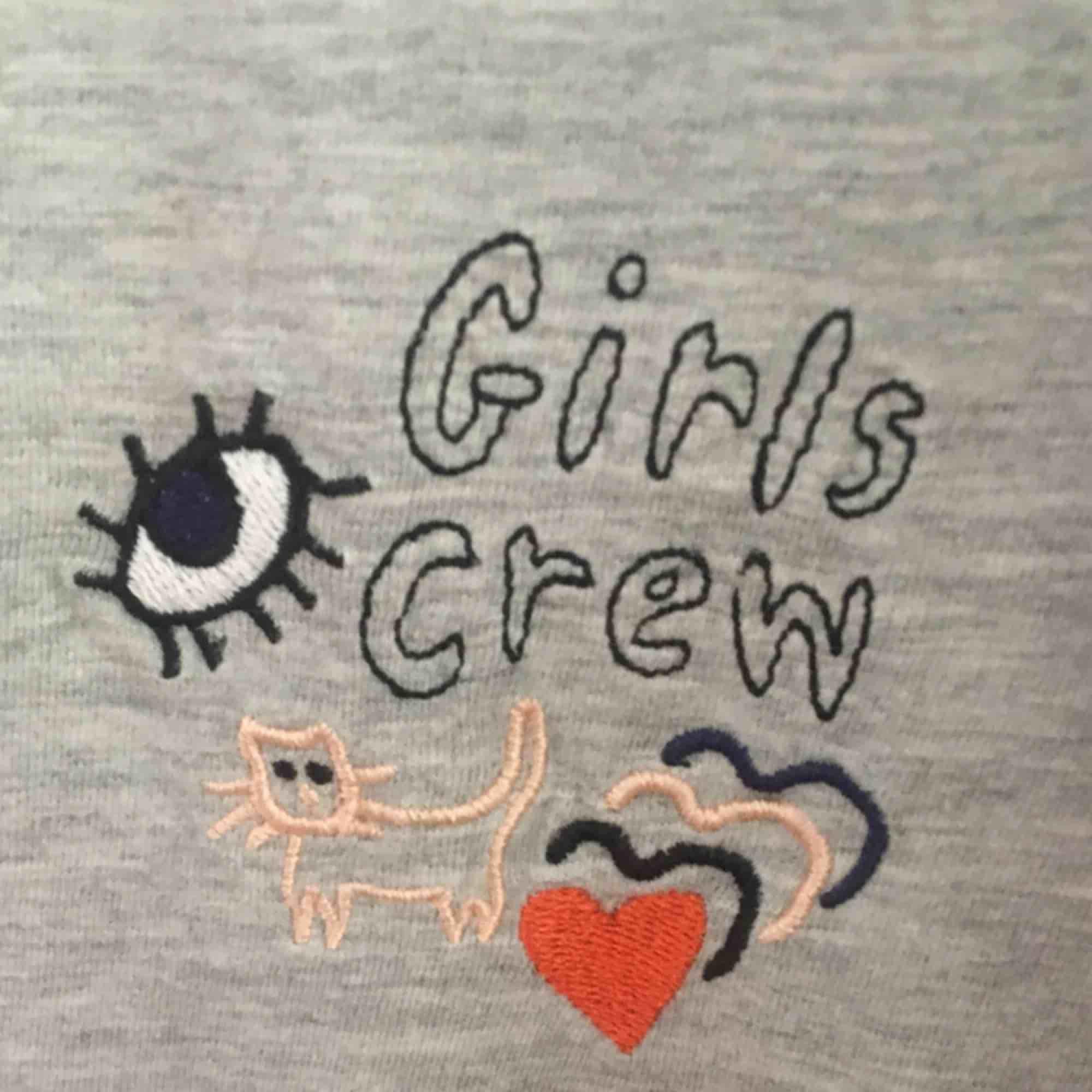 Grå girl crew tröja från monki i storlek S. Bara använd ett få tal gånger, bra kvalitet och fin tröja. Säljer för att den är för liten.. T-shirts.