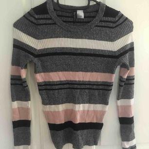 Fin randig långärmad tröja som jag typ aldrig använt, säljer för att den inte är min stil. Hyfsad kvalité och basically oanvänd från hm