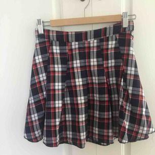 Super gullig rutig kjol som tyvärr är lite för liten får mig så jag måste sälja den. Den har en dragkedja i sidan och är jättefin. Är inte fållad längst ber men det syns typ inte.