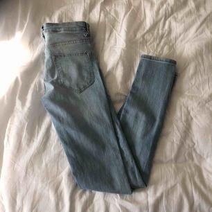 Bekväma jeans med ett hål på ena knät!