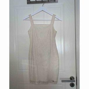Superfin vit, tight spetsklänning från Hollister. Använd 2 gånger, i storlek XS. Frakt ingår.