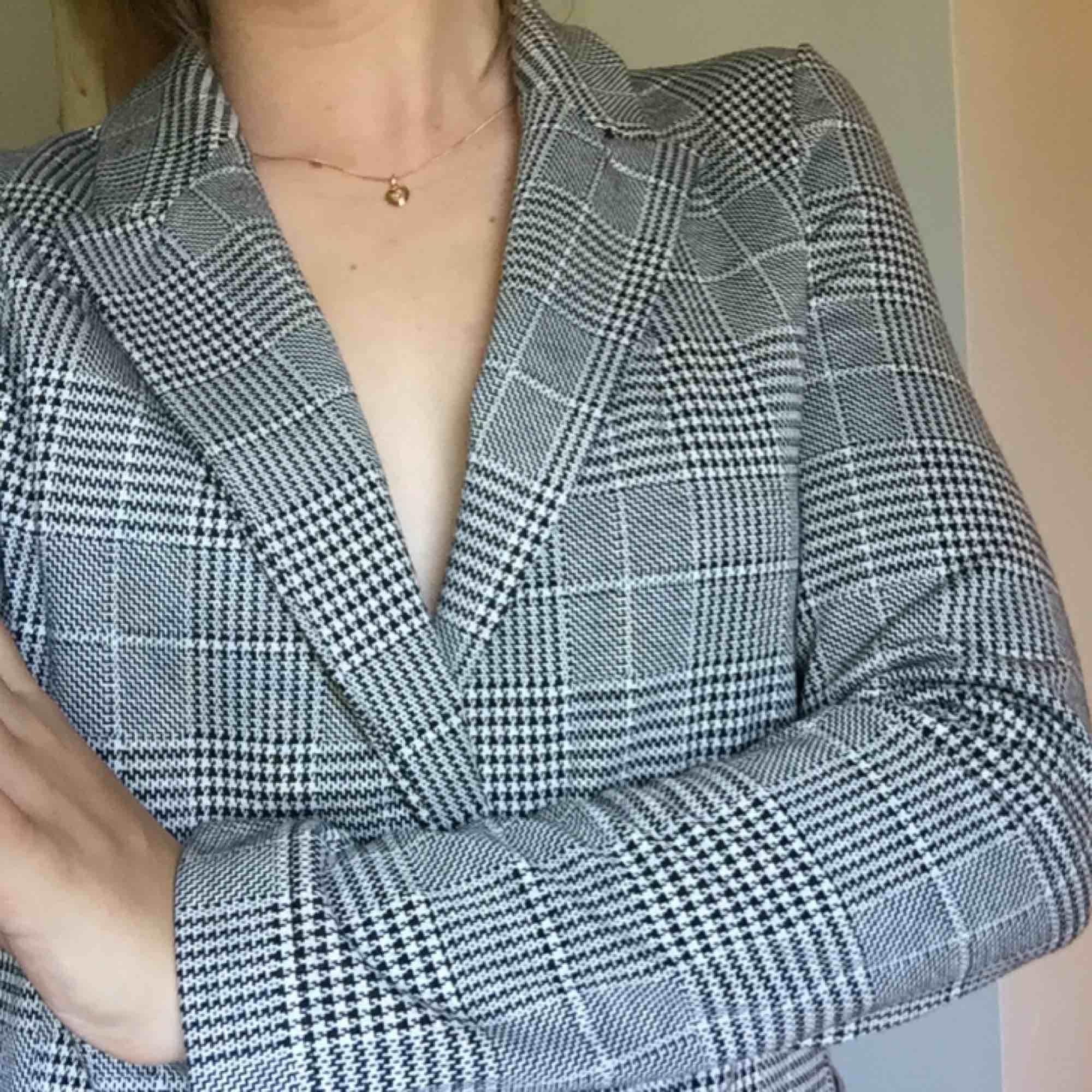 Kavaj från HM. Aldrig använd endast provad, prislappen sitter kvar!  Köparen står för frakten ☀️. Kostymer.