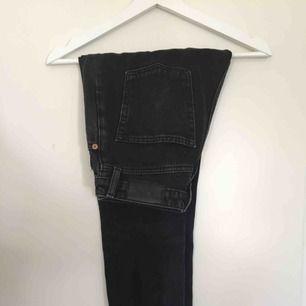 Svarta/grå jeans i modellen kimomo från monki. Ca 68 cm i innerbenslängd. Kan mötas i Linköping eller frakta mot extra kostnad.