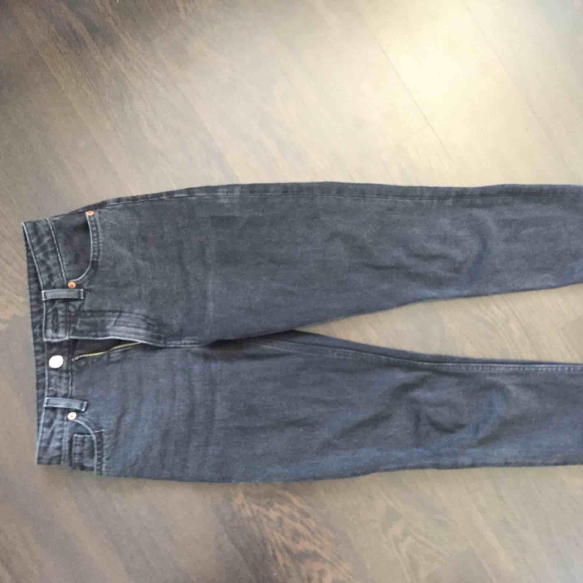 Svarta/grå jeans i modellen kimomo från monki. Ca 68 cm i innerbenslängd. Kan mötas i Linköping eller frakta mot extra kostnad. . Jeans & Byxor.