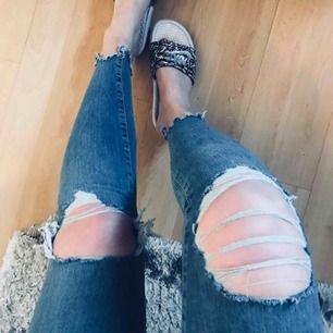 """Superstretchiga jeans med hög midja. Från Gina tricot i modellen """"Gina"""". Använda ett tillfälle."""