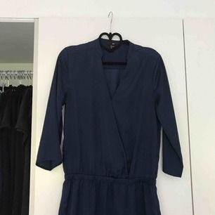 Marinblå silkesklänning från hm. Frakt: 50kr