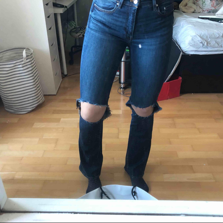 Blåa fina bootcut med egen klippta hål, från Hm. Nästan oanvända. Är 167 och de är lagom för mig i längden. Strl 27/32 Pris kan diskuteras vid snabb affär.  Köparen står för frakt . Jeans & Byxor.