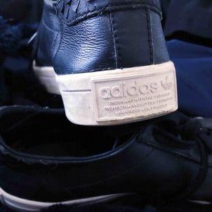 Snygga svarta ADIDAS sneakers, äkta, köpta på Adidas butik i Stockholm. Köpta för 899kr