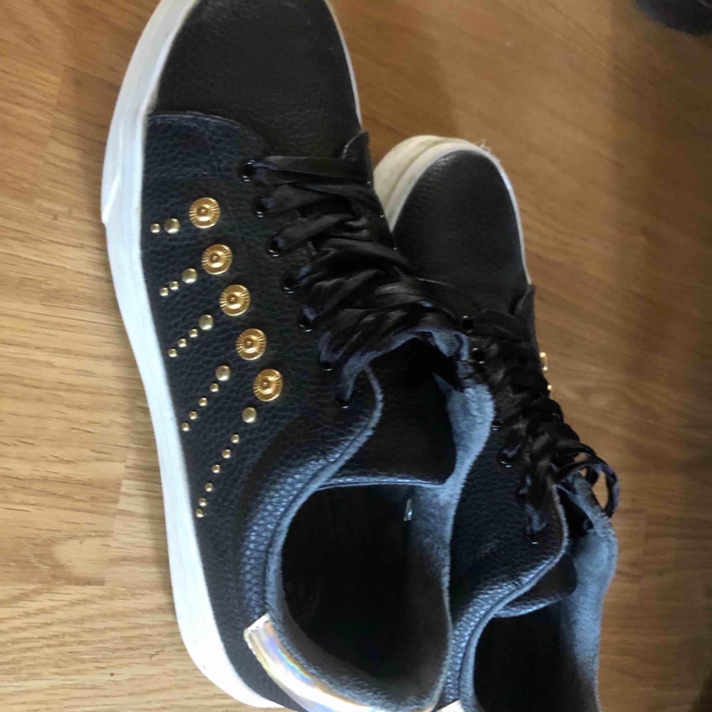Skit coola skor som tyvärr är för stora. Strl 40 men passar 39 också. Nästan aldrig använda Köparen står för frakten. Skor.