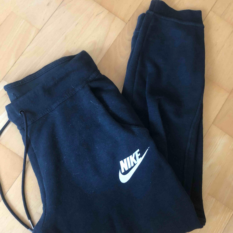 Måste tyvärr sälja de skönaste byxorna jag äger pga för liten storlek. De passar någon lite kortare, (är 167) annars en strl xs/s. Jeans & Byxor.