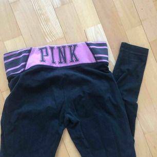 Pink yoga pants strl xs säljer pga för stora. Pink där bak.  Köparen står för frakten