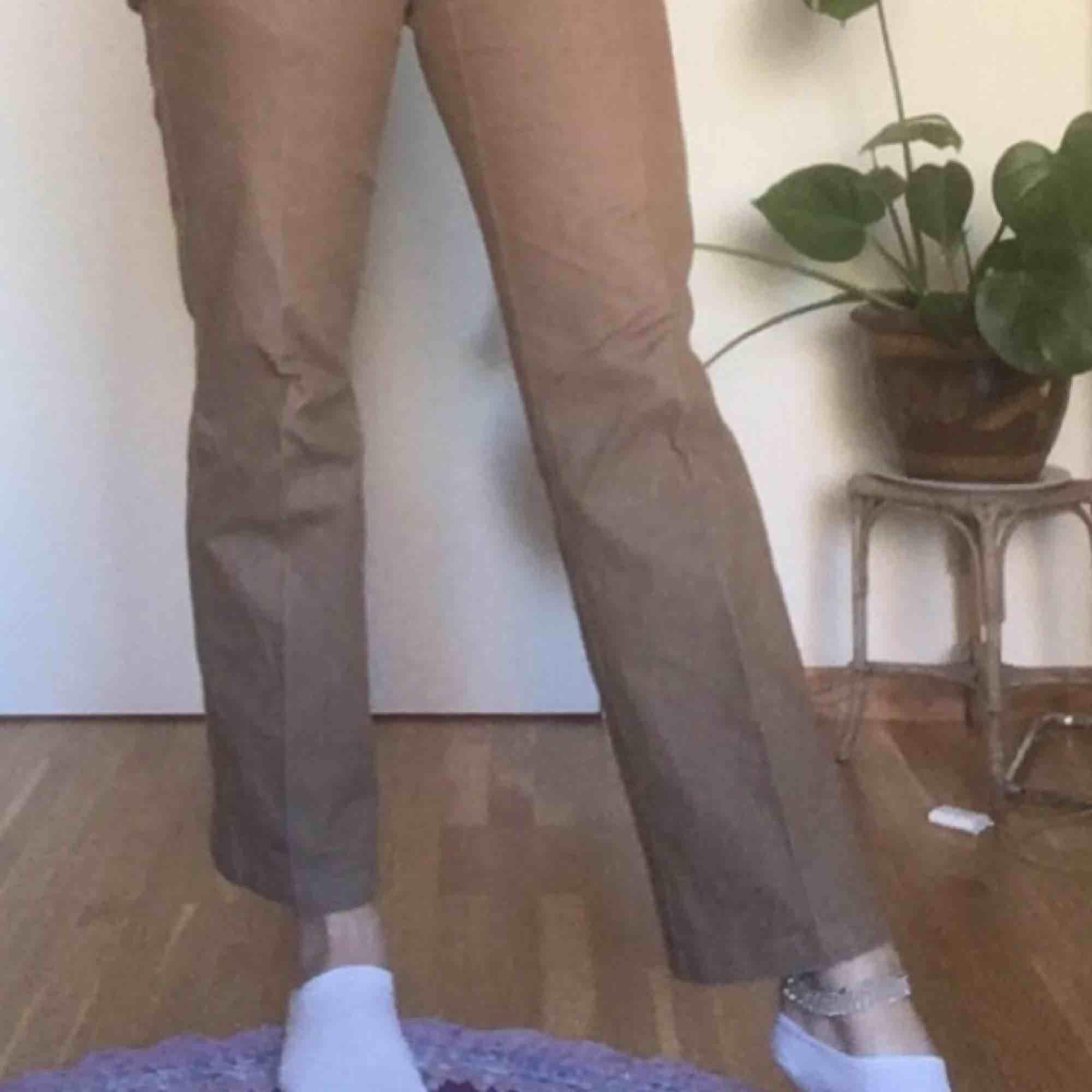 Bruna kostymbyxor som är utsvängda nertill! Riktigt fina o är i mycket bra skick! ❤️❤️❤️❤️. Jeans & Byxor.