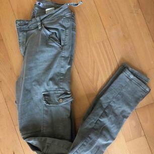 Gröna jeans med fickor på sidan strl S