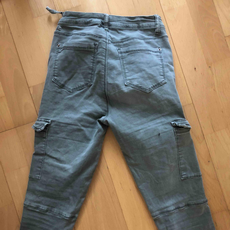 Gröna jeans med fickor på sidan strl S. Jeans & Byxor.