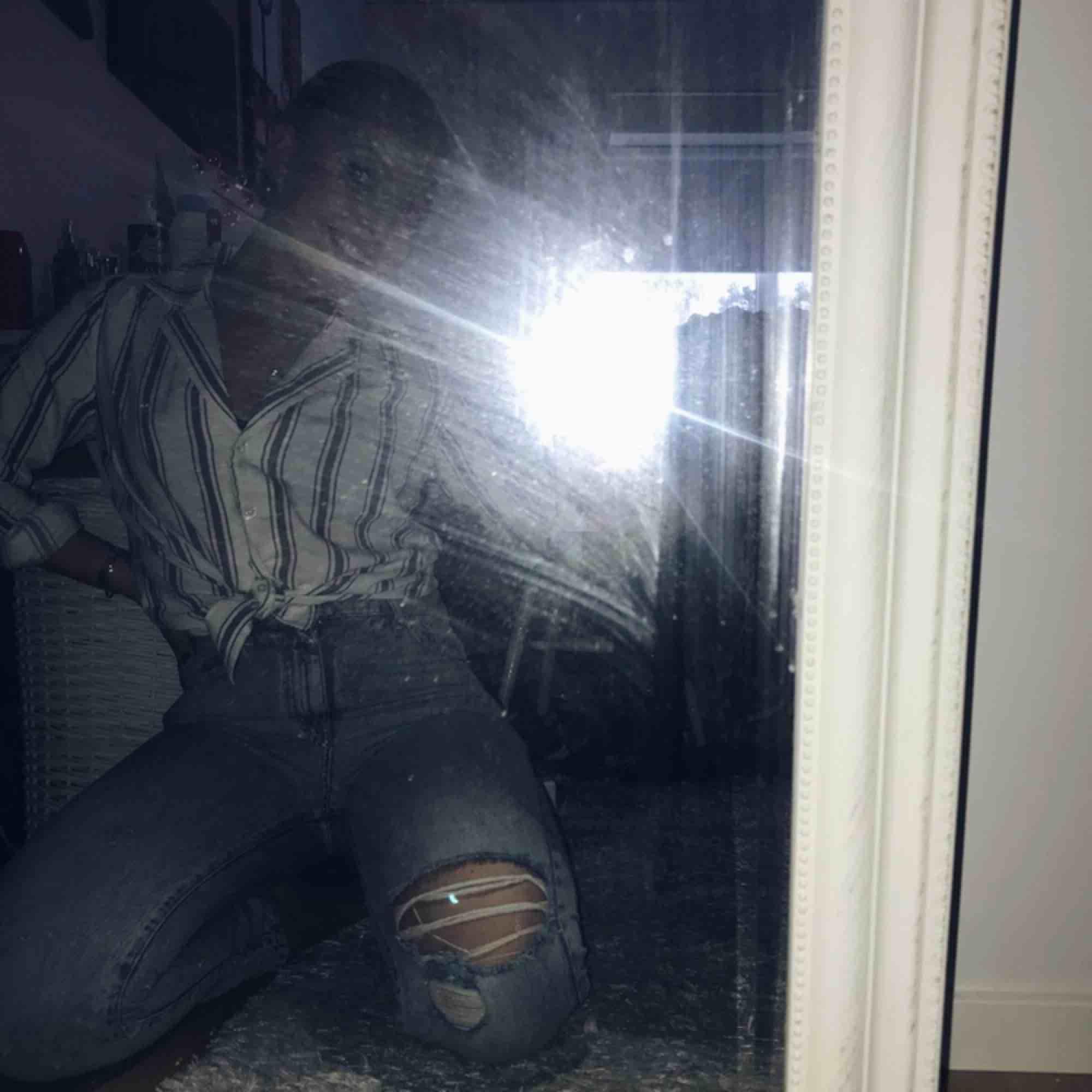 Säljer dessa så snygga jeansen från Gina! Storlek 36 och köpta förra sommaren för 500 kr 🌸 Perfekta nu till sommaren! . Jeans & Byxor.