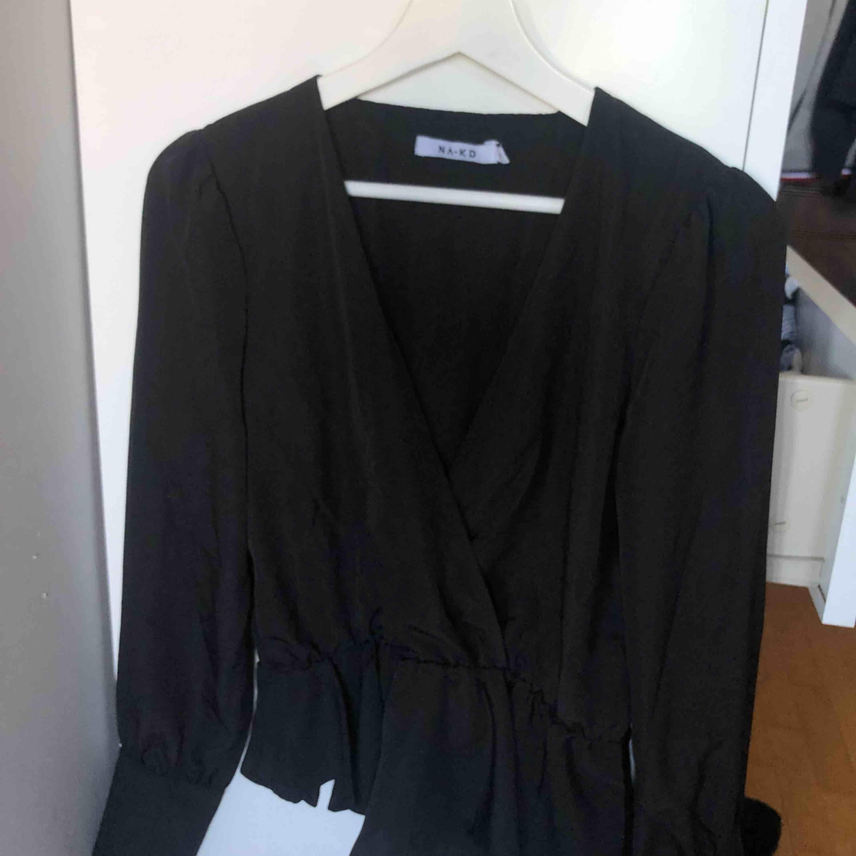 Råkade köpa fel strl så säljer min omlott blus från nakd. Strl S. Blusar.