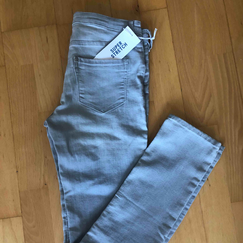 Gråa helt nya strl 164 men passar xs/s. Jeans & Byxor.