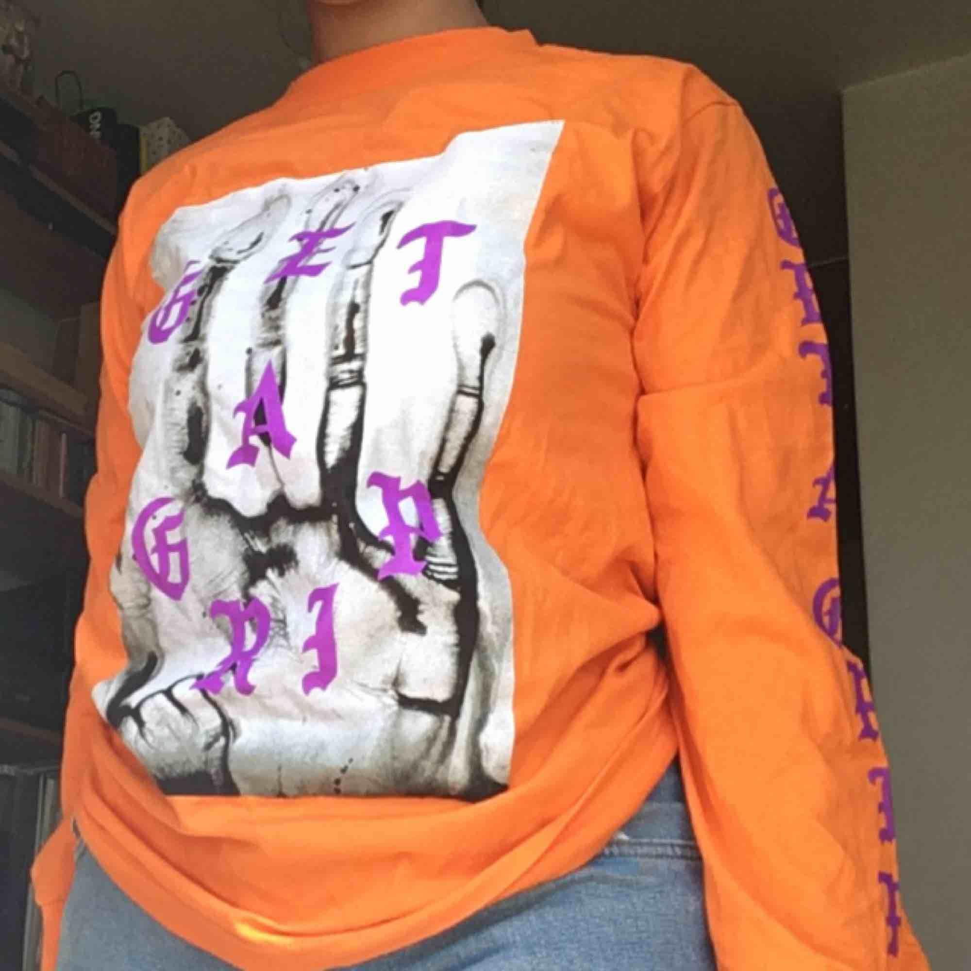 Orange tröja från fashionnova, endast testad. Möts upp i Stockholm eller så betalar köparen frakten . Toppar.
