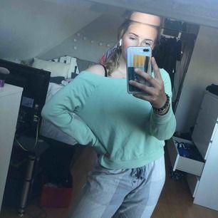 Mintgrön of the shoulder tröja, från Gina strl M