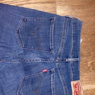 Levis jeans i storlek 27. Modell 315 shaping bootcut. Använda fåtal gånger.