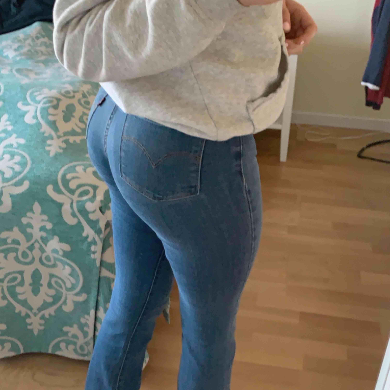 Levis jeans i storlek 27. Modell 315 shaping bootcut. Använda fåtal gånger. Pris går att diskutera så kom med bud:) . Jeans & Byxor.