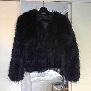 Helt ny pälsjacka från JC!!! Jättesnygg men tyvärr för stor för mig!!! Nypris: 599kr! Köparen står för frakt eller så möts vi upp runt malmö