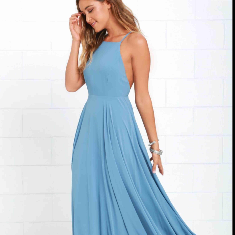 Väldigt fin fest/balklänning i en fin blå färg med korsade justerbara smala band i ryggen.. Klänningar.