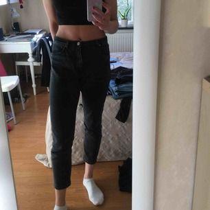 Superfina svarta / grå jeans från monki, använt ganska mycket men säljer nu på grund av att dom är för korta, annars finns inga fel!  Modellen är kimomo.  Möts upp i Stockholm eller så står köparen för frakten!