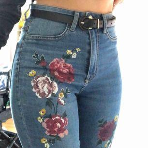 Högmidjade blåa jeans med fina blommor på! Väldigt sköna och framhäver fina former! Har använt de ett par gånger men de passar mig inte lika bra längre. FRAKT INGÅR I PRISET!
