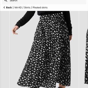 Super fin kjol från NA-KD en aningen kortare än den på bilden men inte mycket. Oanvänd pågrund av fel strl. Köpt för 399kr säljes för 150 + frakt💕