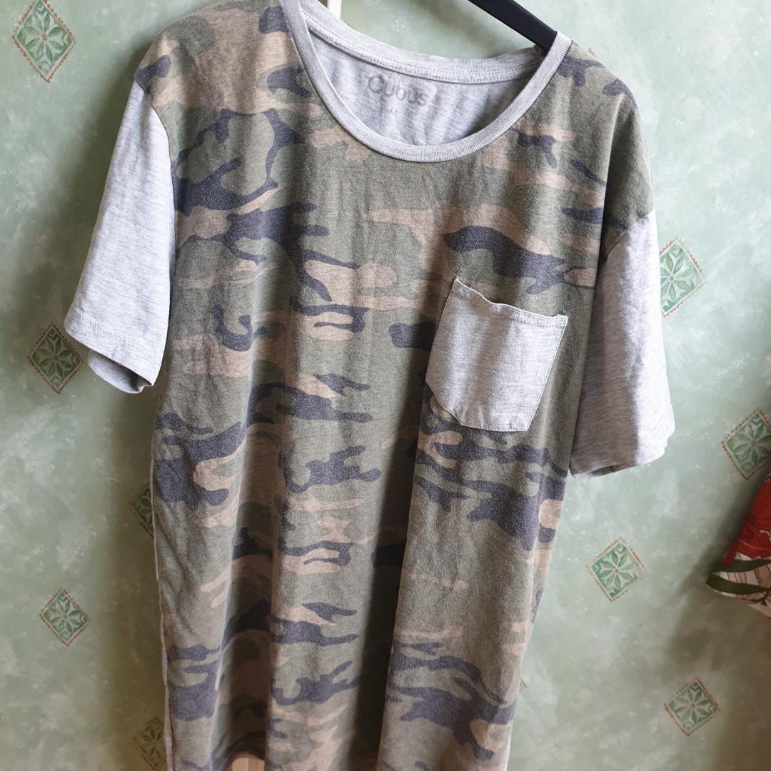 Camouflage tshirt, snygg som oversized. Priset går att diskutera och frakt är inte inkluderat.. T-shirts.
