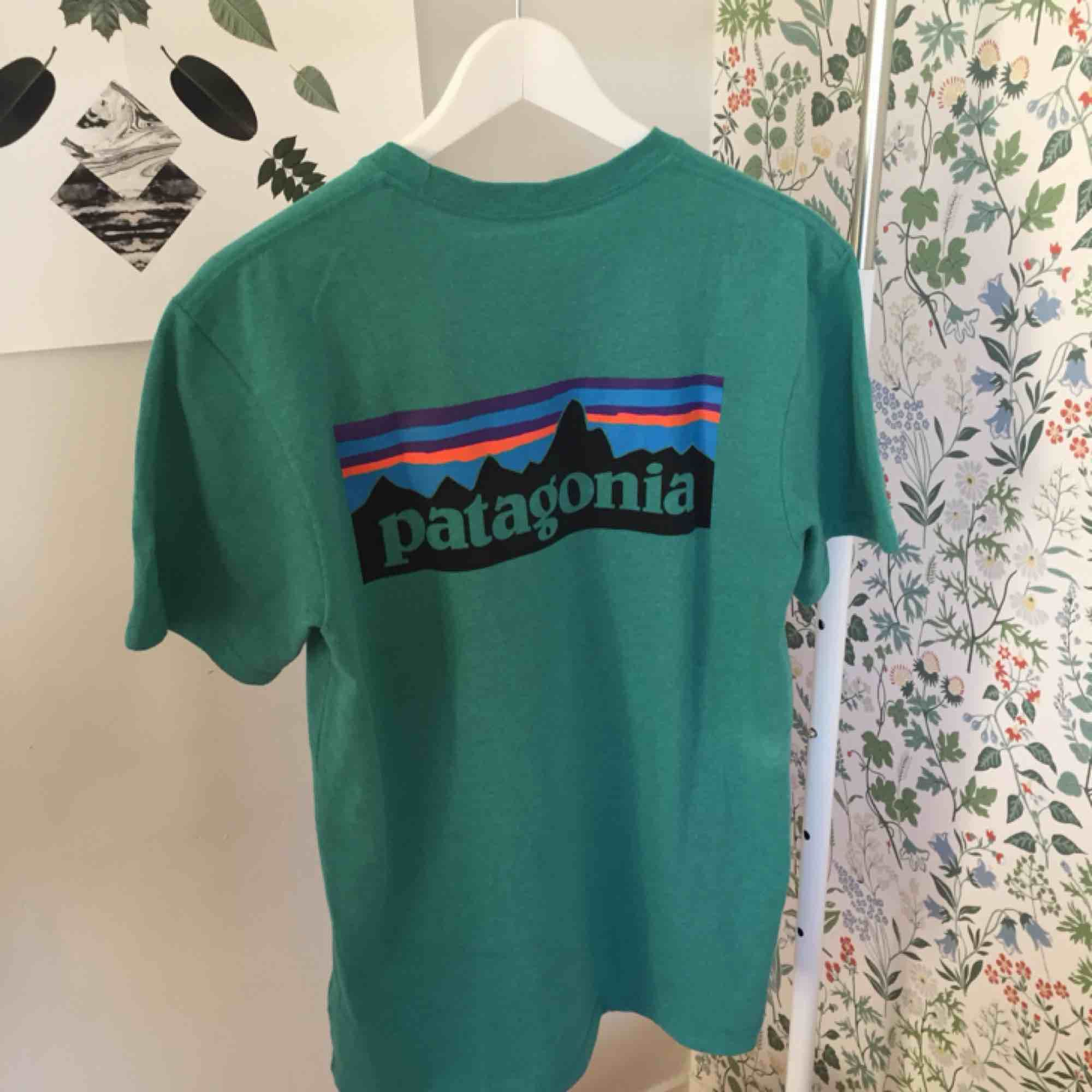 Oanvänd skitsnygg Patagonia T-shirt i turkos färg. Råkade beställa en för liten storlek, därför säljer jag nu(retur var så dyr😒) Nypris 350 kr. Möts upp i Stockholm eller fraktar🥰🦋🍃. T-shirts.