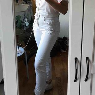 Vita jeans med diskreta broderier ifrån Zara. Säljer pga för stora för mig. Perfekta brallan för svala sommarkvällar!!
