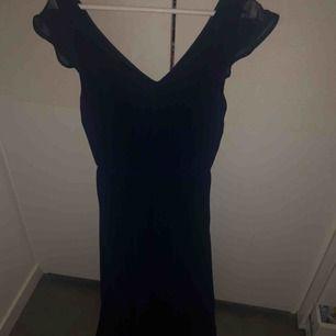 Sååå vacker mörkblå långklänning!  Använd en enda gång och hänger nu bara o tar plats.  Skynda fynda inför diverse avslutningar 🥰🥰