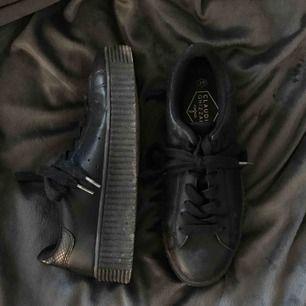 Simpla och snygga, Svarta platå sneakers. Superskön sula! Lite smutsiga men tvättas innan dem skickas såklart, inga defekter eller andra slitningar.